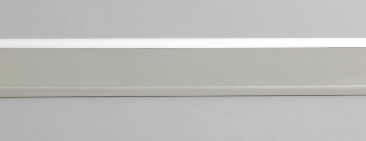 Aluminiumprofil för inomhusbruk (63 mm bred) med grått slätt inlägg.