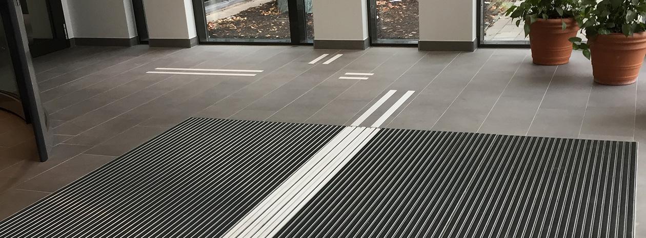 Tactile Flooring - tillgängliga entrélösningar med Entrance ALU med infällda ledstråk. Här på Alingsås Lasarett.