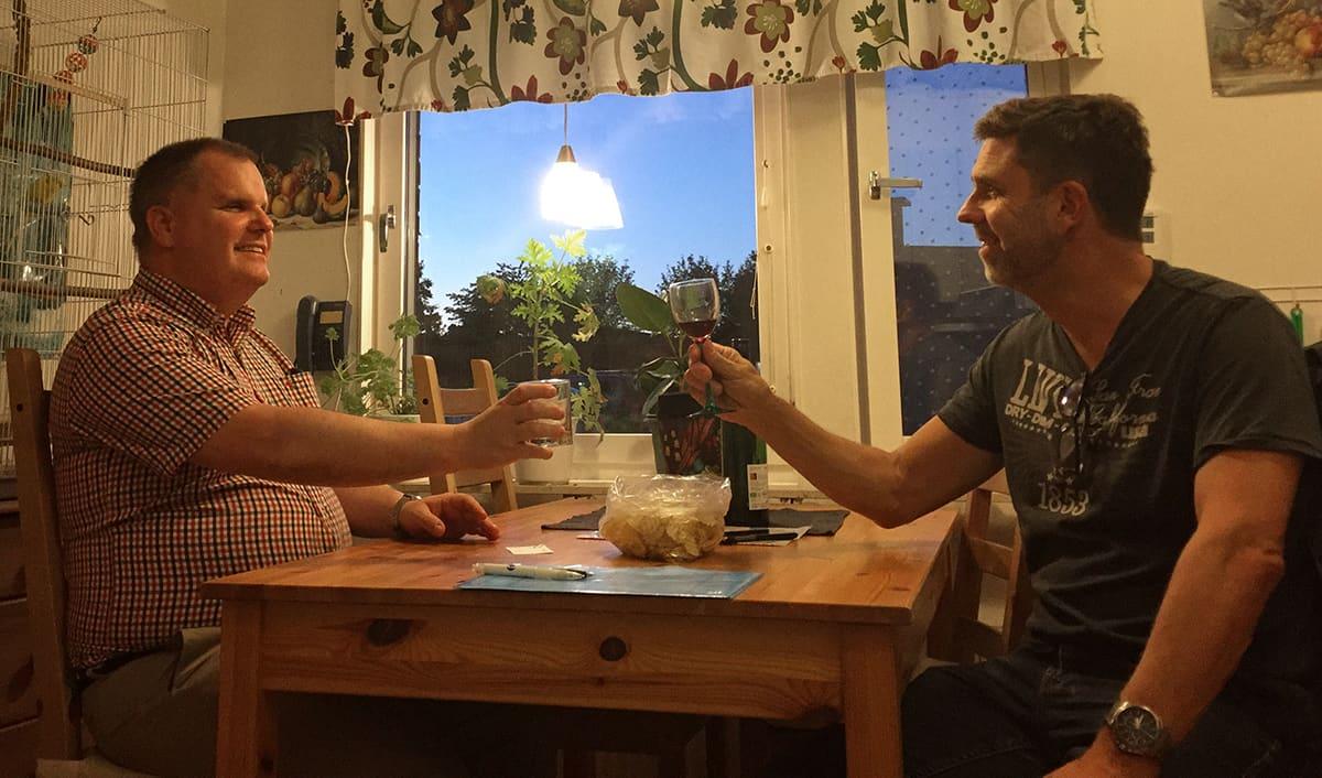 Jag tillsammans med min vän Jerker, vi sitter vid köksbordet och tar ett glas.