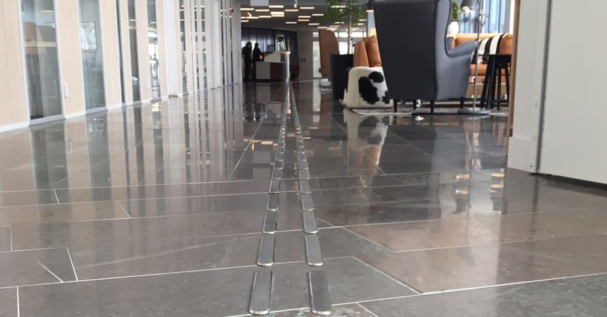 Närbild på de rostfria elementen/ledstråken som här visas i loungen på Ikea Hotell i Älmhult.