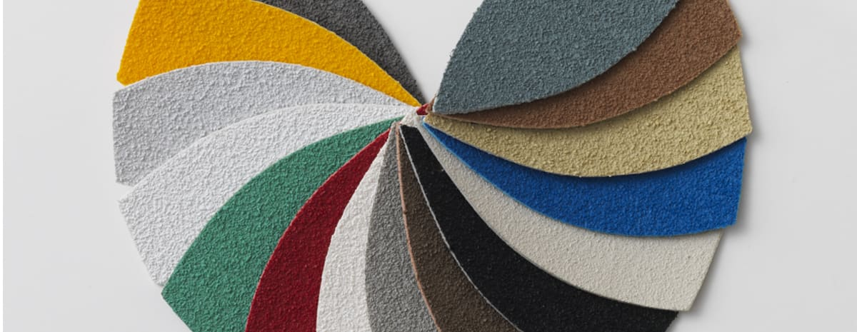 Färgprover på inläggen till våra aluminiumprofiler, upplagda i en solfjäderform.