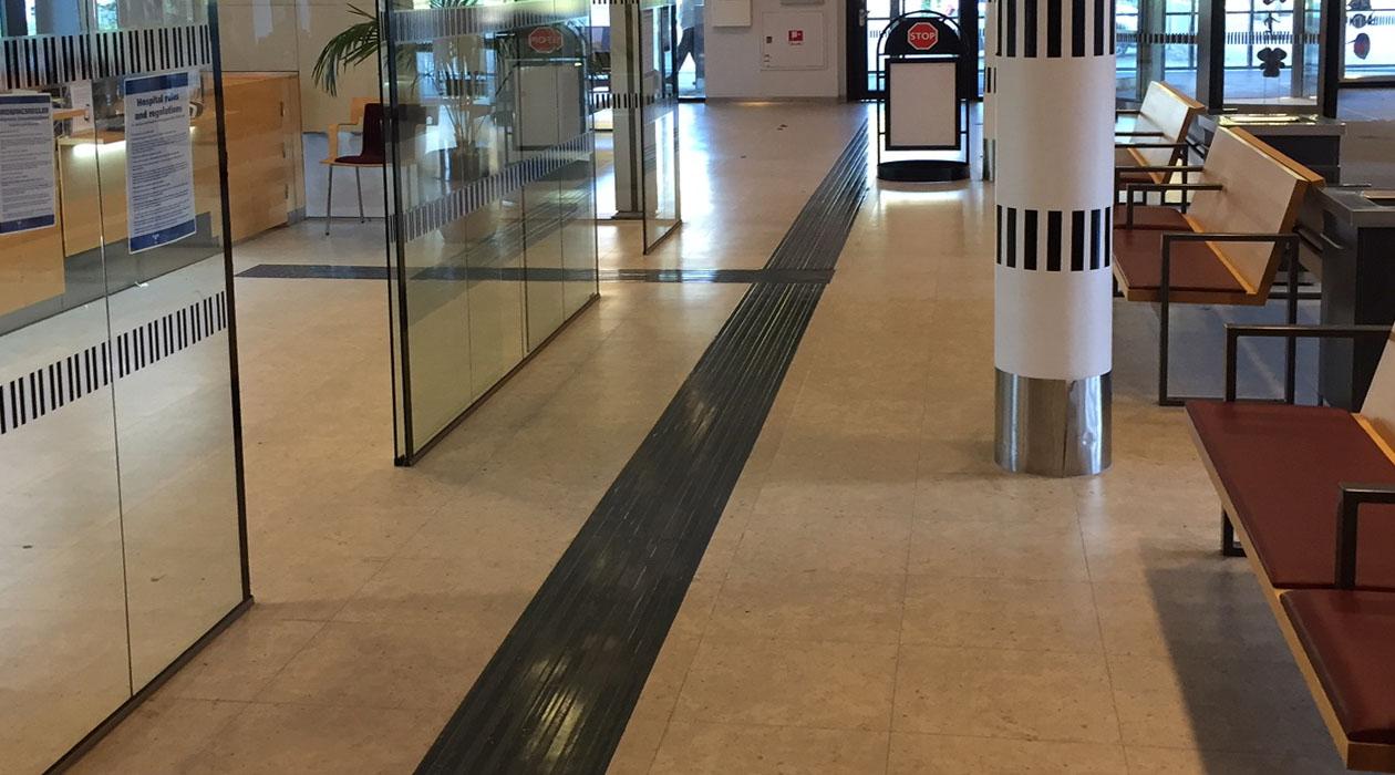 Tactile Flooring - Taktila ledstråk av gummi på Östra sjukhuset i Göteborg.