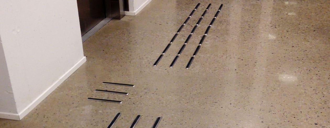 Tactile Flooring - Ledstråk element rostfritt stål med kontrasterande inlägg av TPU