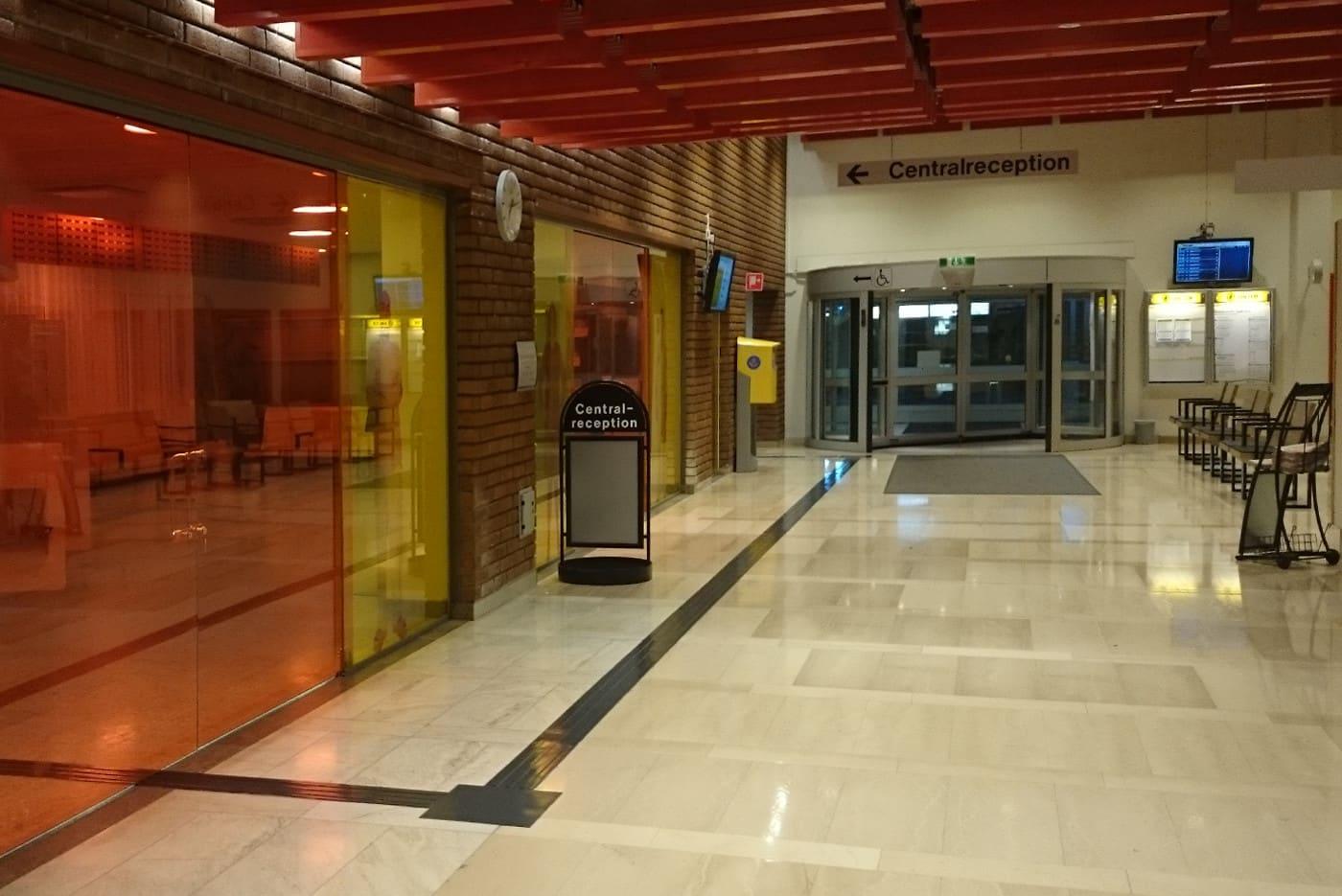 Bild från Sundsvalls sjukhus där ett mörkgrått gummiledstråk leder besökande fram till receptionen.