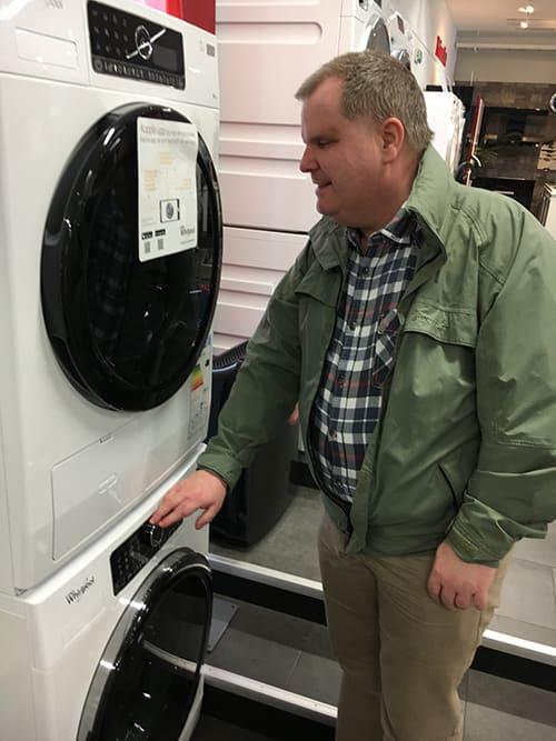 Fredrik besöker en Elonbutik och här känner han efter reglagen på en tvättmaskin.