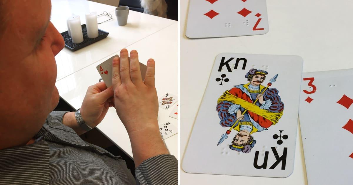 Till vänster, Fredrik med sin giv, läser av korten med höger hand. Till höger, närbild av spelkorten där man ser punktskriften.