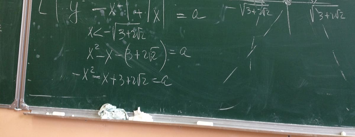 """""""Svarta tavlan"""" som här är grön och med matematiska uträkningar skrivna med vit krita. Symboliserar skolan på 70-talet."""