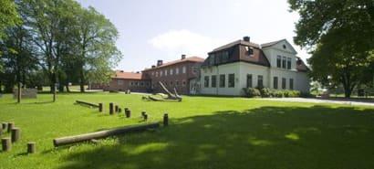 Visar Vreta Kloster skola och en grön fin gräsmatta.